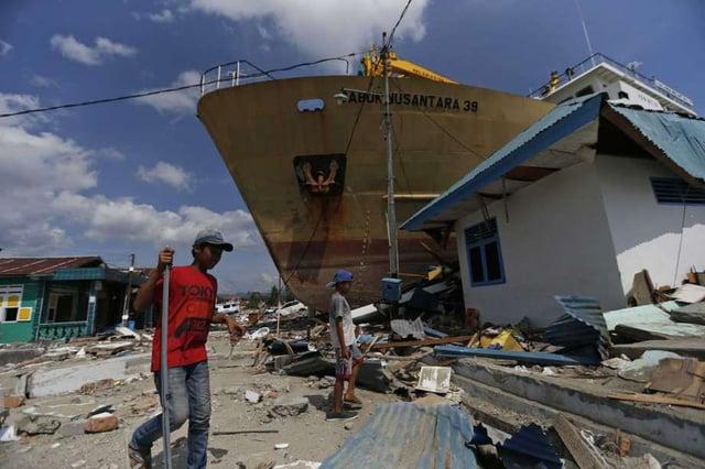 Hình ảnh Khoảnh khắc sóng thần Indonesia hất tung phà dài 65m như quả bóng số 1