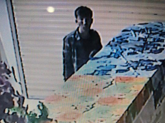 Trộm nửa đêm cắt mái tôn đột nhập tiệm vàng, mở tủ lấy gần 90 cây vàng 1