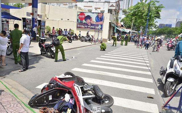 Nam thanh niên đang đi trên đường thì bị chém, cướp xe máy 1