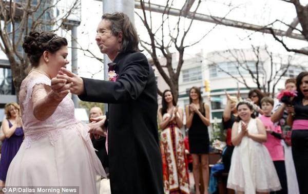 Bị điện giật mất cả khuôn mặt, con gái hốt hoảng không nhận ra cha nhưng 10 năm sau ai cũng bất ngờ khi gặp lại người đàn ông ấy 6