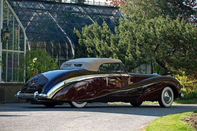 Có một sự thật bất ngờ là Nữ hoàng không có bằng lái xe nhưng bộ sưu tập xe hơi của bà khiến nhiều người phải choáng ngợp 7