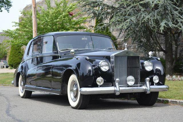 Có một sự thật bất ngờ là Nữ hoàng không có bằng lái xe nhưng bộ sưu tập xe hơi của bà khiến nhiều người phải choáng ngợp 8