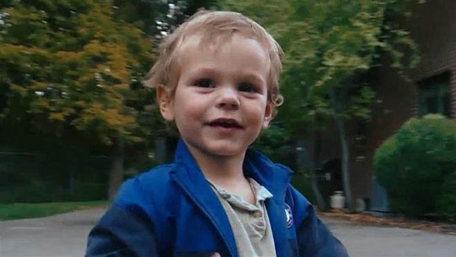 1 phút táy máy, con trai bỏ luôn tiền tiết kiệm trả nợ của bố mẹ vào máy xén giấy 2
