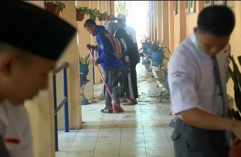 Sau 10 ngày thảm họa động đất ở Indonesia, học sinh dọn dẹp trong ngày đầu trở lại trường 1