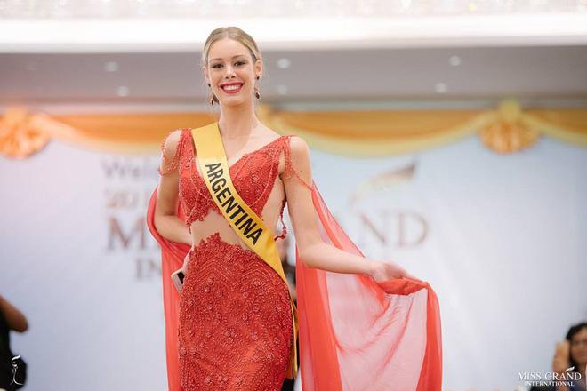 Nhan sắc xấu khó tin của các đối thủ Á hậu Việt Nam tại Hoa hậu Hòa bình Thế giới 2018 8