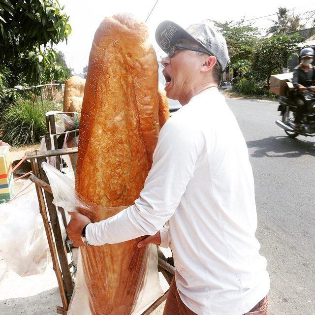 Hình ảnh Bánh mỳ khổng lồ ở An Giang lọt danh sách món ăn kỳ lạ nhất thế giới số 1