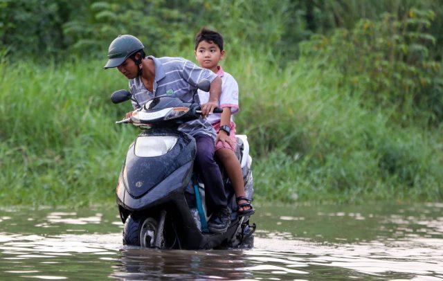 Xúc động những hành động đẹp của người Sài Gòn trong ngày triều cường dâng cao 6