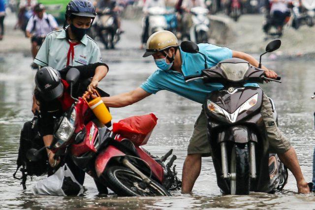 Xúc động những hành động đẹp của người Sài Gòn trong ngày triều cường dâng cao 2