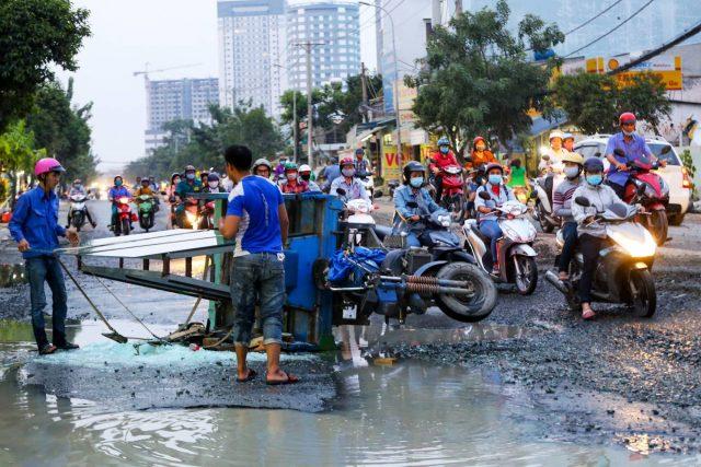 Xúc động những hành động đẹp của người Sài Gòn trong ngày triều cường dâng cao 5