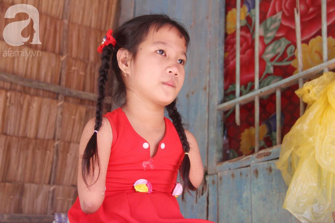 Bố mất, mẹ bỏ đi lấy chồng, bé gái 8 tuổi ngây ngô hỏi: