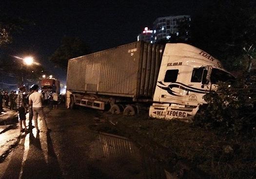 Hình ảnh Hai xe container tông bật gốc cây, lao xuống mương nước sâu vì triều cường lên cao số 1
