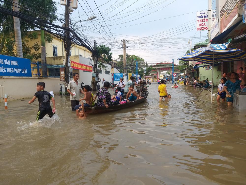 Hình ảnh Triều cường kỷ lục, người dân Cần Thơ đi xuồng xuống phố, nhà cửa chìm trong biển nước số 1