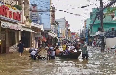 Triều cường kỷ lục, người dân Cần Thơ đi xuồng xuống phố, nhà cửa chìm trong biển nước 2