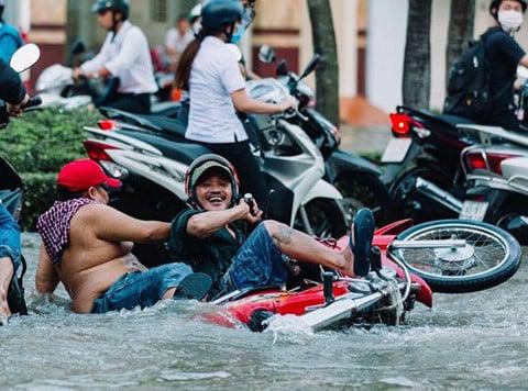 Hình ảnh Triều cường kỷ lục, người dân Cần Thơ đi xuồng xuống phố, nhà cửa chìm trong biển nước số 4