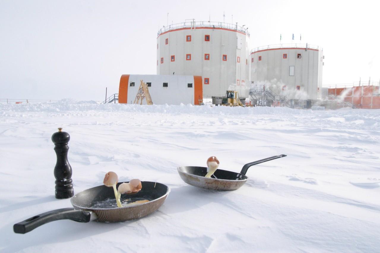 Điều gì sẽ xảy ra khi bạn nấu ăn ở Nam Cực với nhiệt độ ngoài trời là -70 độ C? - Ảnh 2.