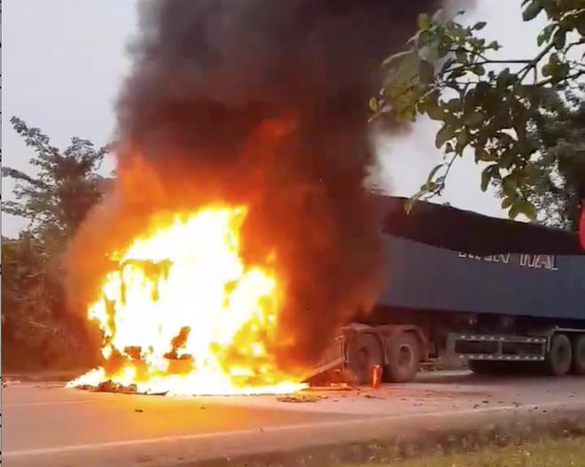 Xe container bốc cháy dữ dội, tài xế và phụ xe đạp cửa chạy thoát thân 1