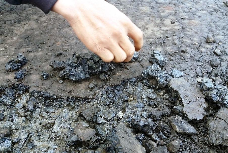 Hình ảnh Gia Lai: Đường gần 100 tỷ mới khai thác 8 tháng đã bị hỏng nặng, dùng tay bóc từng mảng số 1