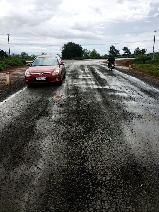 Hình ảnh Gia Lai: Đường gần 100 tỷ mới khai thác 8 tháng đã bị hỏng nặng, dùng tay bóc từng mảng số 3