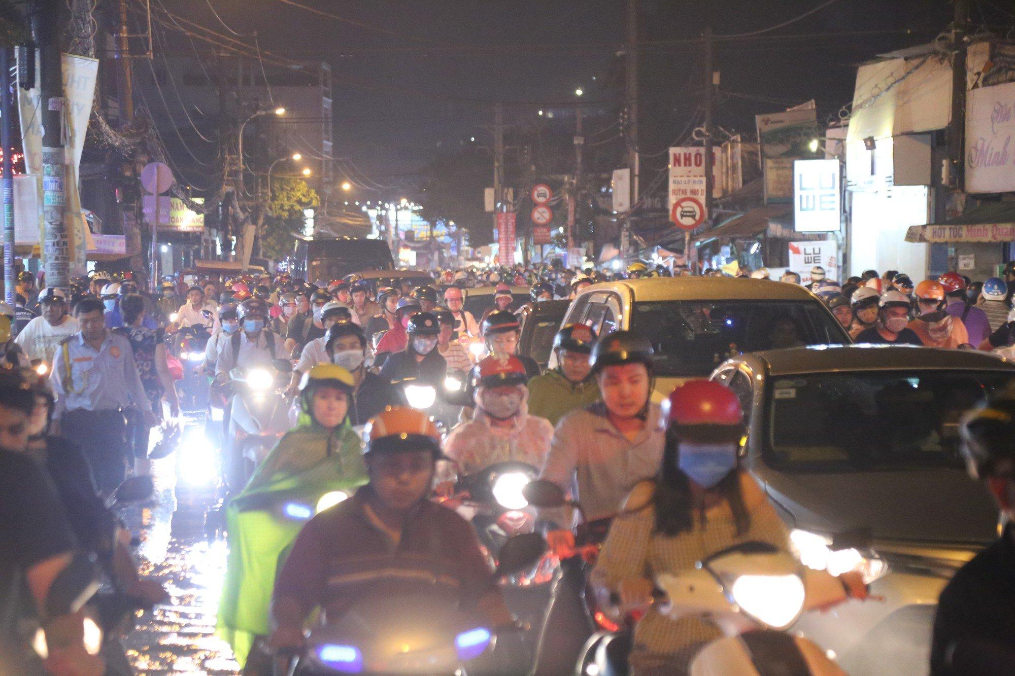 Sài Gòn ùn tắc kinh hoàng sau mưa lớn, trẻ em ngủ gục trên vai ba mẹ ngoài đường 2