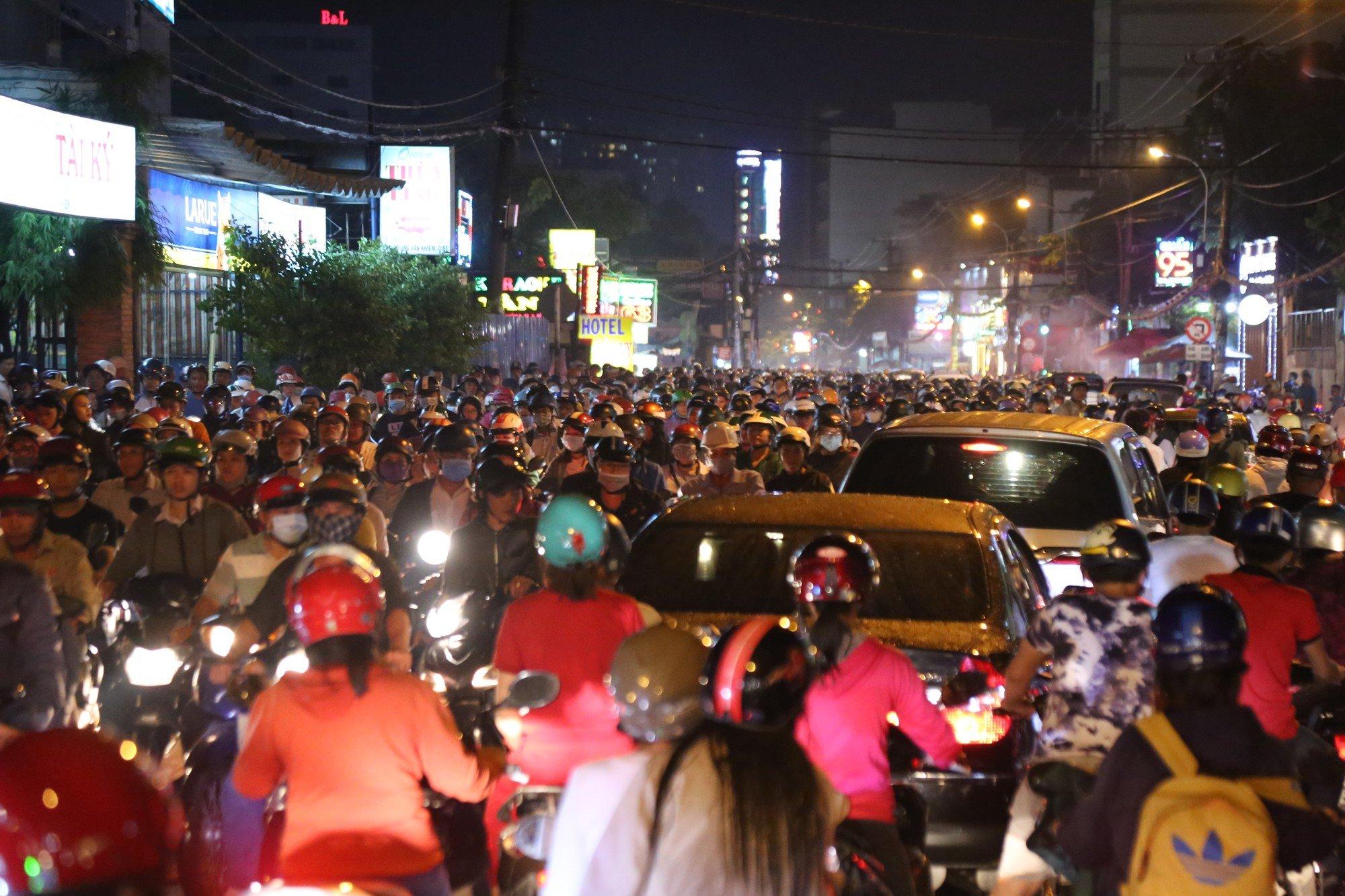 Sài Gòn ùn tắc kinh hoàng sau mưa lớn, trẻ em ngủ gục trên vai ba mẹ ngoài đường 4