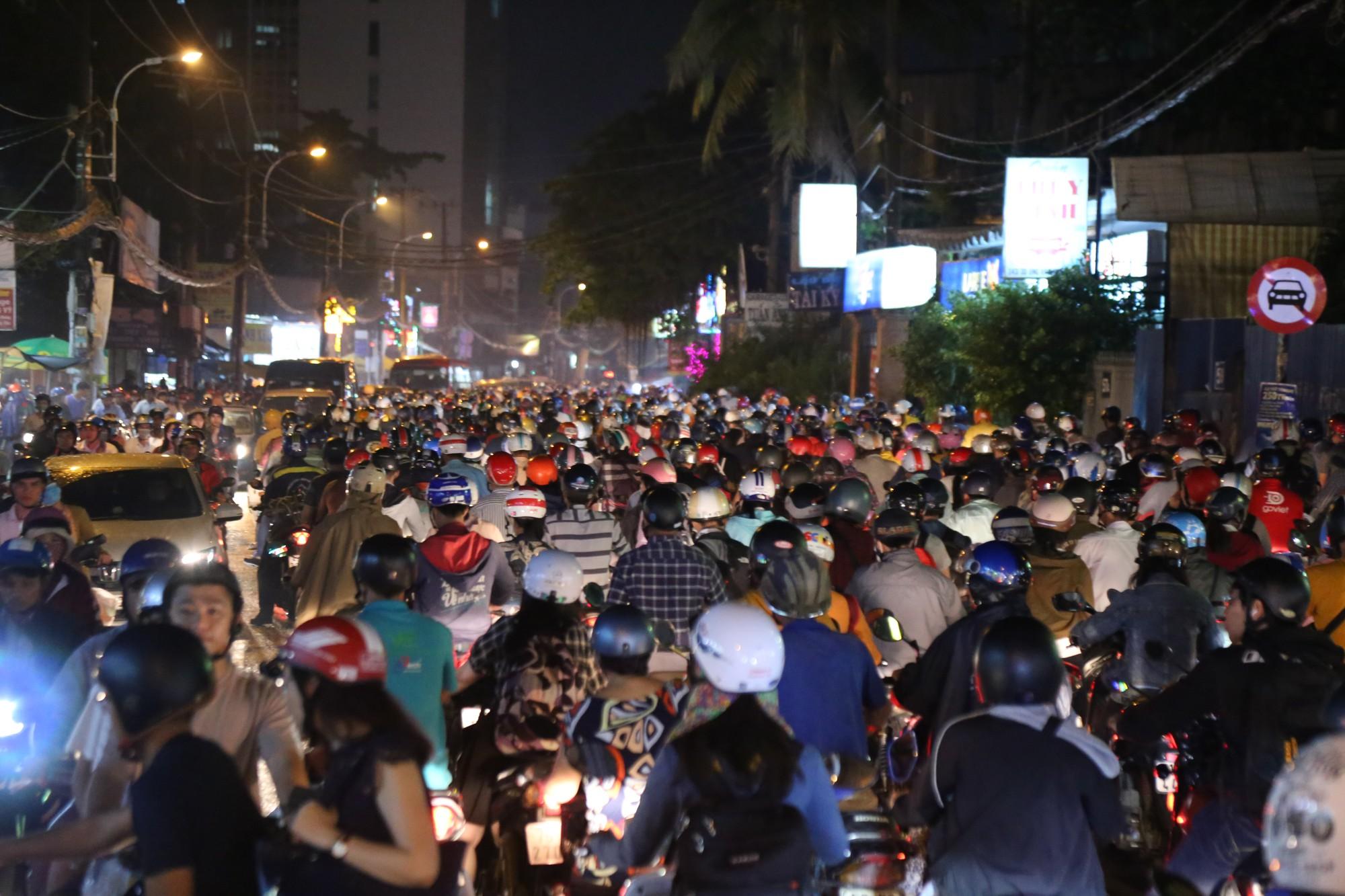 Sài Gòn ùn tắc kinh hoàng sau mưa lớn, trẻ em ngủ gục trên vai ba mẹ ngoài đường 5