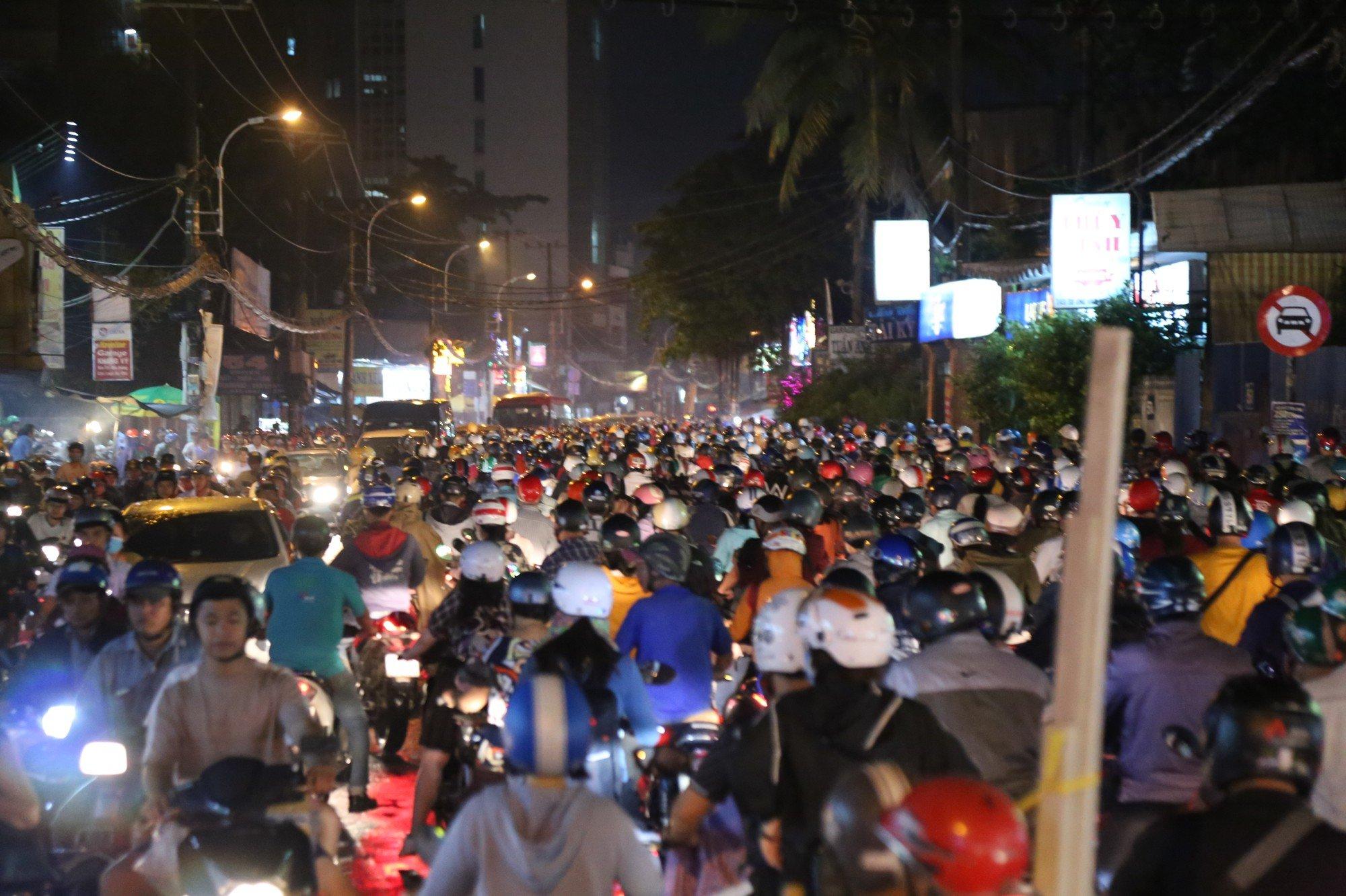 Sài Gòn ùn tắc kinh hoàng sau mưa lớn, trẻ em ngủ gục trên vai ba mẹ ngoài đường 6