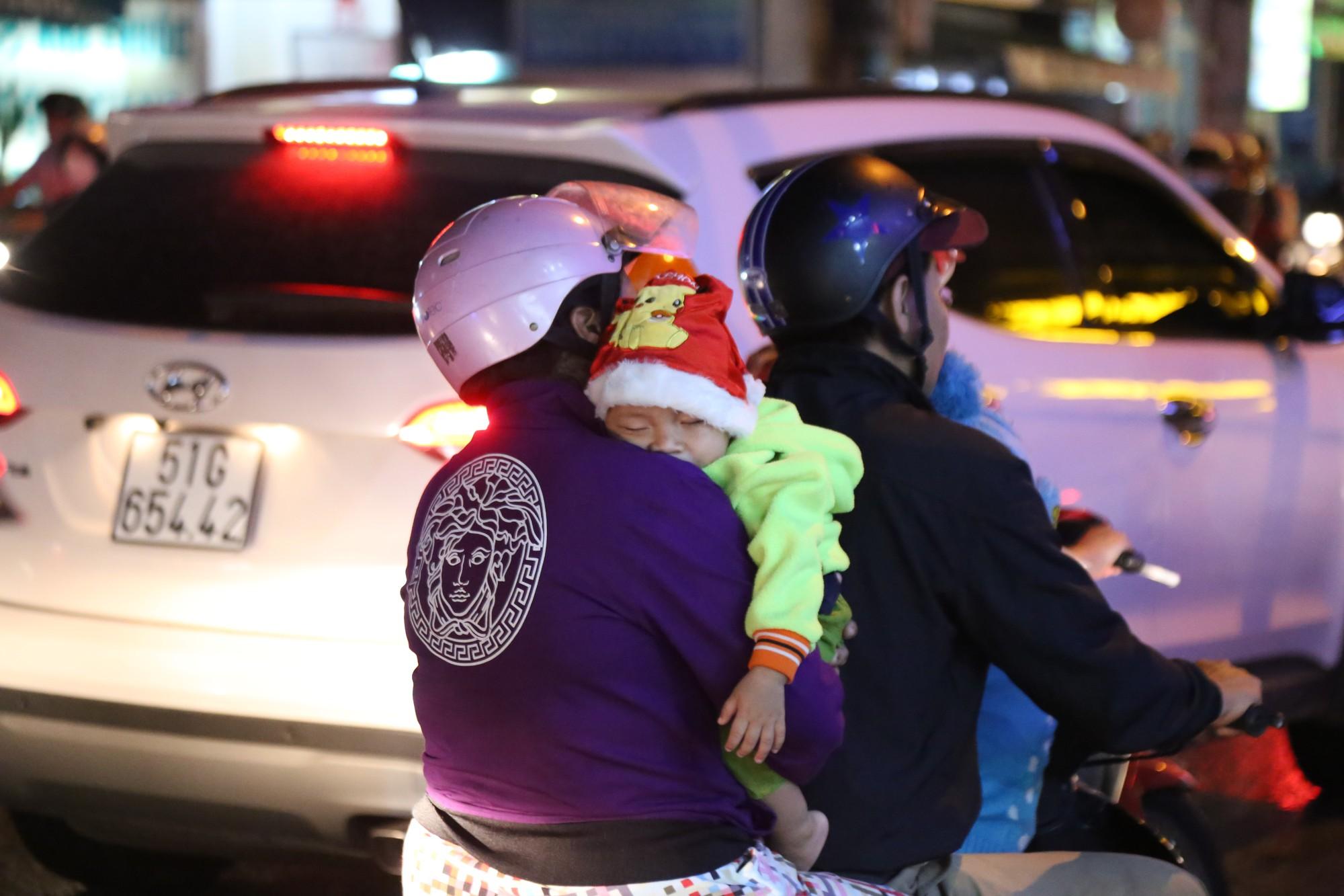 Sài Gòn ùn tắc kinh hoàng sau mưa lớn, trẻ em ngủ gục trên vai ba mẹ ngoài đường 10