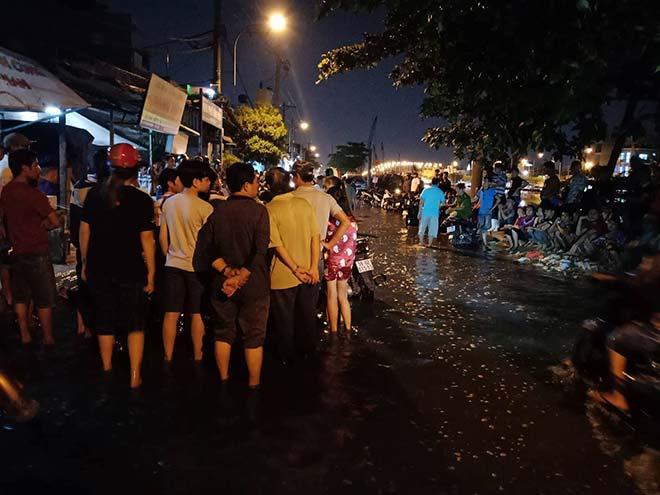 Hàng trăm người dân lội nước xem công an khám nghiệm vụ án mạng ở TP HCM 2