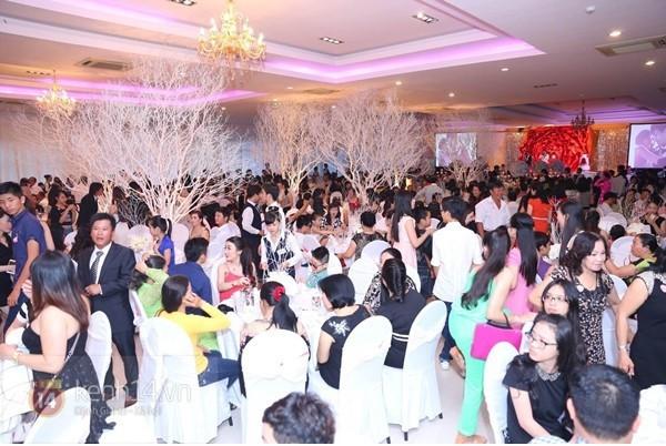 Những tình huống dở khóc dở cười trong đám cưới sao Việt: Suýt sạt nghiệp vì khách mời tăng đột biến, khán giả lên tận lễ đường xin chữ ký 2