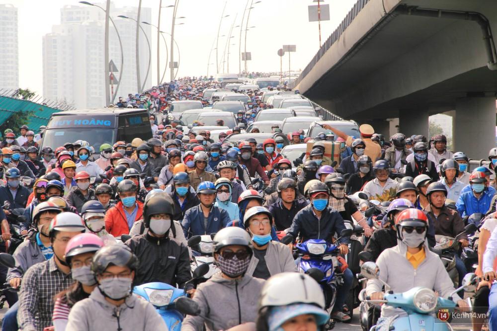 Các tuyến đường về trung tâm Sài Gòn tê liệt từ sáng đến trưa vì hầm Thủ Thiêm bị phong toả, người dân xuống gầm cầu tránh kẹt xe 10
