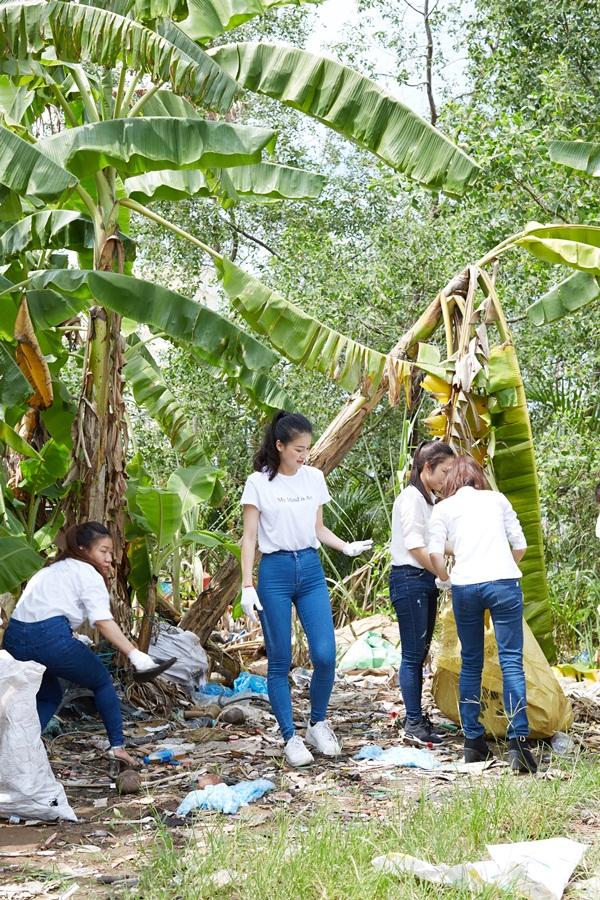 Nguyễn Phương Khánh giản dị nhặt rác cùng tình nguyện viên trên sông Cửu Long  2