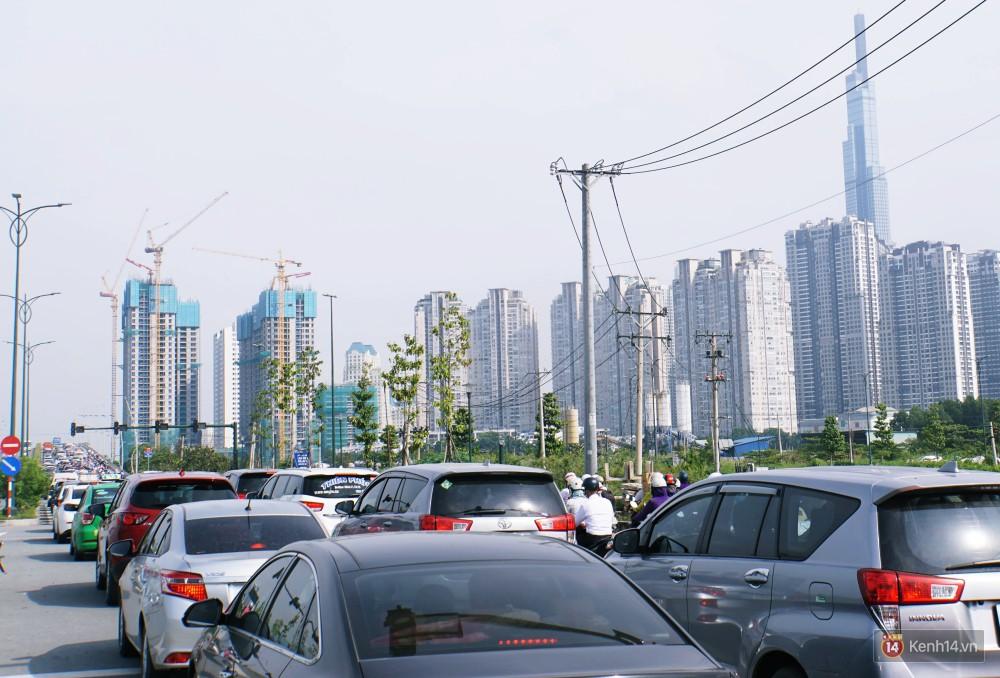 Các tuyến đường về trung tâm Sài Gòn tê liệt từ sáng đến trưa vì hầm Thủ Thiêm bị phong toả, người dân xuống gầm cầu tránh kẹt xe 7