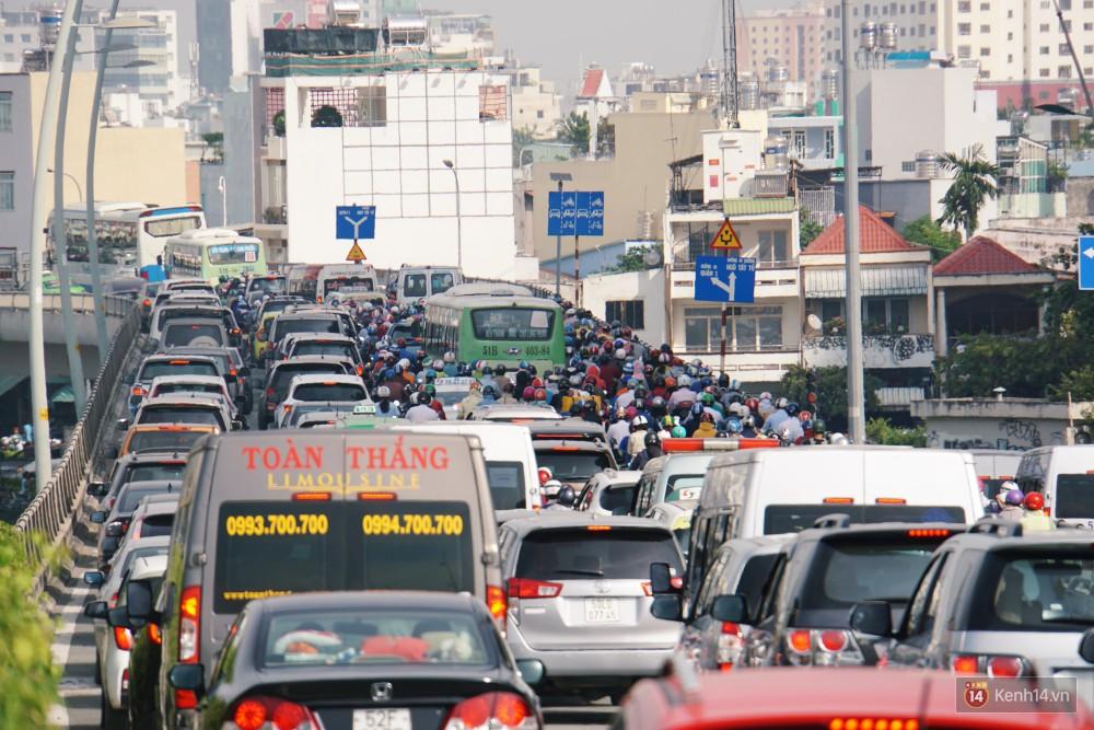 Các tuyến đường về trung tâm Sài Gòn tê liệt từ sáng đến trưa vì hầm Thủ Thiêm bị phong toả, người dân xuống gầm cầu tránh kẹt xe 8