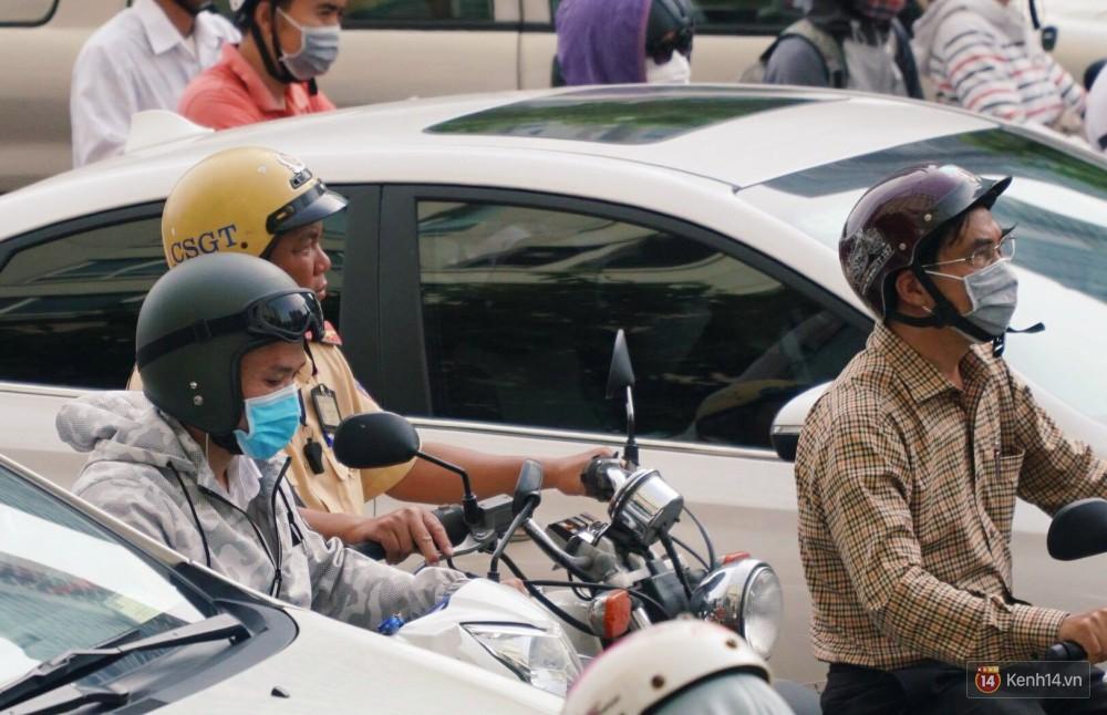 Các tuyến đường về trung tâm Sài Gòn tê liệt từ sáng đến trưa vì hầm Thủ Thiêm bị phong toả, người dân xuống gầm cầu tránh kẹt xe 19