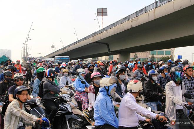 Các tuyến đường về trung tâm Sài Gòn tê liệt từ sáng đến trưa vì hầm Thủ Thiêm bị phong toả, người dân xuống gầm cầu tránh kẹt xe 14