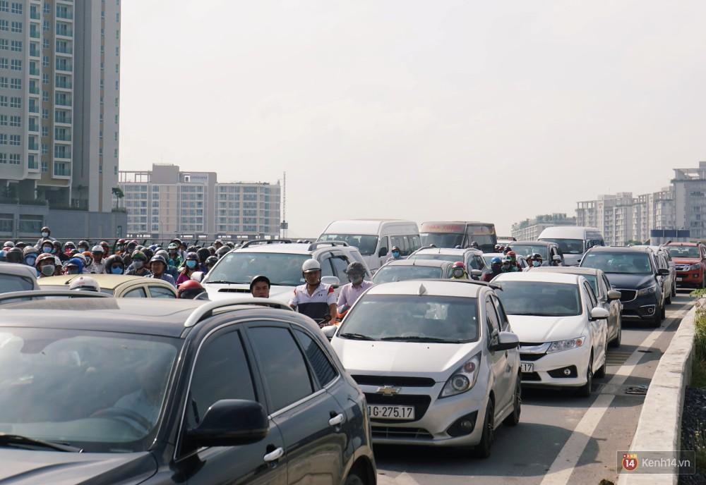 Các tuyến đường về trung tâm Sài Gòn tê liệt từ sáng đến trưa vì hầm Thủ Thiêm bị phong toả, người dân xuống gầm cầu tránh kẹt xe 20