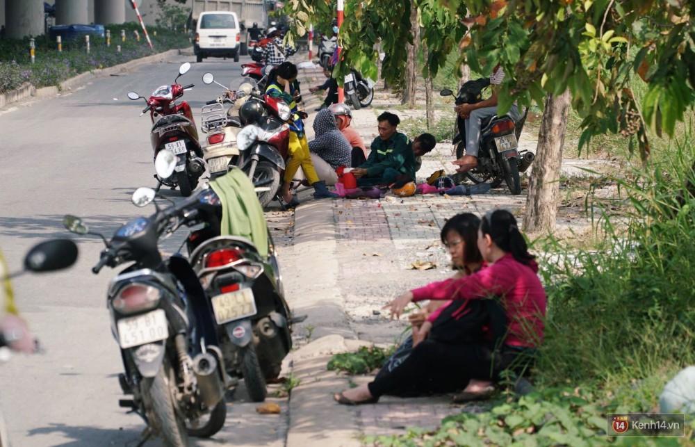 Các tuyến đường về trung tâm Sài Gòn tê liệt từ sáng đến trưa vì hầm Thủ Thiêm bị phong toả, người dân xuống gầm cầu tránh kẹt xe 12