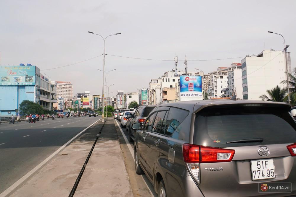 Các tuyến đường về trung tâm Sài Gòn tê liệt từ sáng đến trưa vì hầm Thủ Thiêm bị phong toả, người dân xuống gầm cầu tránh kẹt xe 23