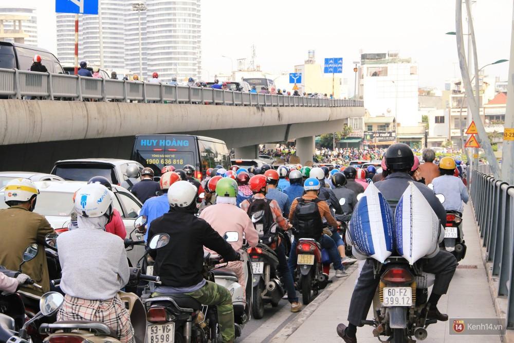 Các tuyến đường về trung tâm Sài Gòn tê liệt từ sáng đến trưa vì hầm Thủ Thiêm bị phong toả, người dân xuống gầm cầu tránh kẹt xe 11