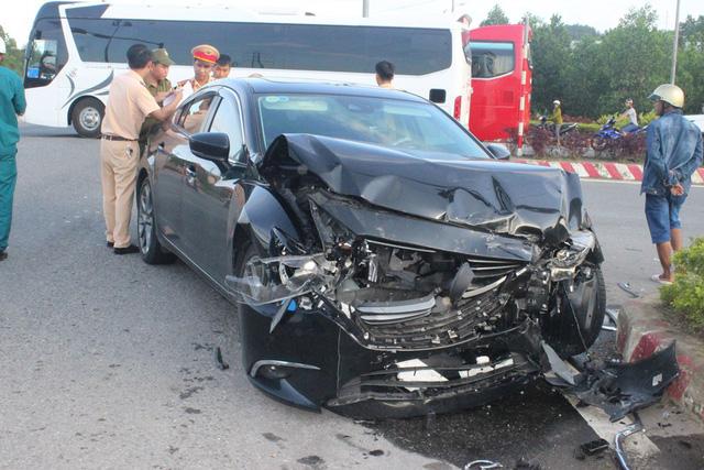 Xe cấp cứu va chạm ôtô 4 chỗ, nữ y tá văng ra đường thương nặng 3