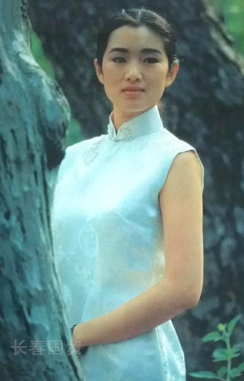 Hé lộ ảnh diện áo tắm thời thanh xuân của Củng Lợi, netizen khen ngợi: Quốc bảo nhan sắc của Trung Hoa 5