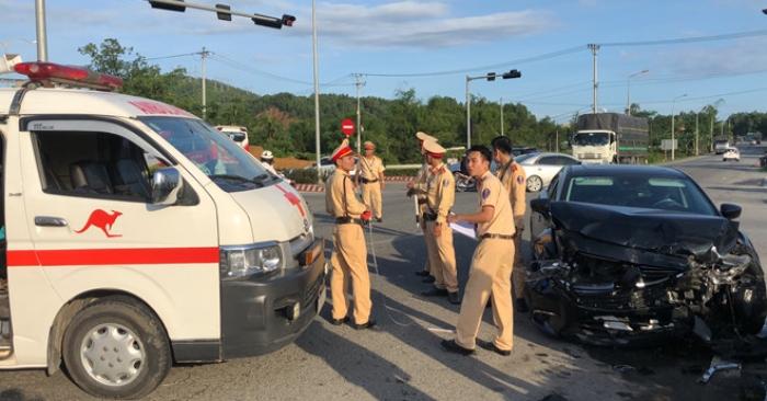 Xe cấp cứu va chạm ôtô 4 chỗ, nữ y tá văng ra đường thương nặng 1