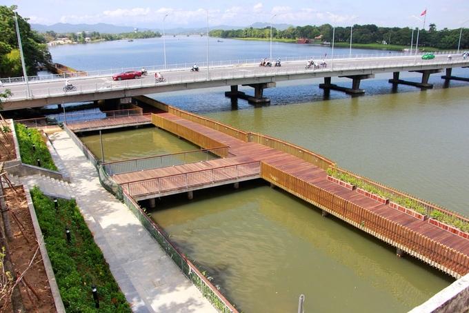 Cận cảnh đường lát gỗ lim 64 tỷ ven sông Hương 2
