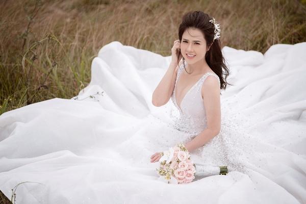 Chị gái Ngọc Trinh tung bộ ảnh cưới khoe vòng 1 nóng bỏng 2