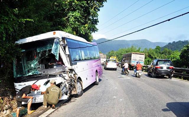 Tai nạn liên hoàn trên đèo Bảo Lộc, xe khách lao vào vách núi 1