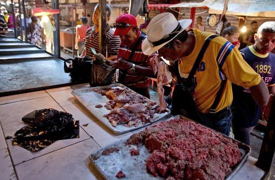 Sự cố mất điện ở Venezuela khiến người dân phải chấp nhận ăn thịt thối 1