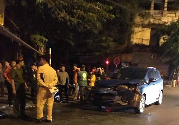 Xe của diễn viên Anh Tuấn nát đầu sau tai nạn với cựu thủ môn Hồng Sơn 2