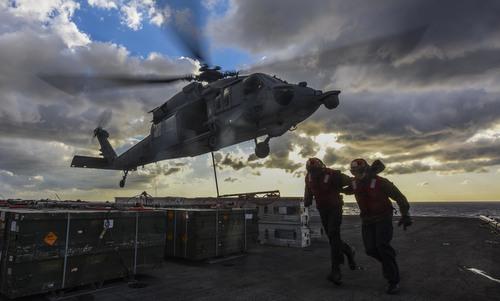 Trực thăng Mỹ lao xuống boong tàu sân bay 1