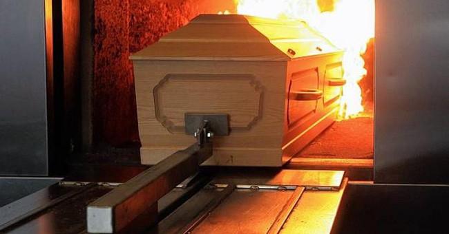 Tò mò mở thùng đồ bạn nhờ giữ, người phụ nữ hoảng hồn thấy tro và xương người, hé lộ tội ác của gã nhân viên nhà tang lễ 3