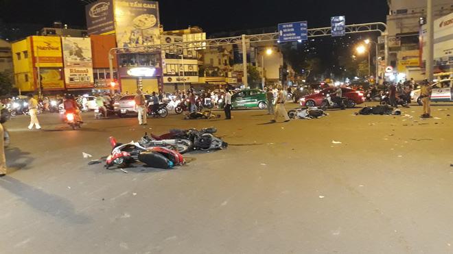 Cận cảnh hiện trường kinh hoàng  vụ ô tô BMW tông hàng loạt xe máy, taxi, nhiều người thương vong ở TP.HCM 3